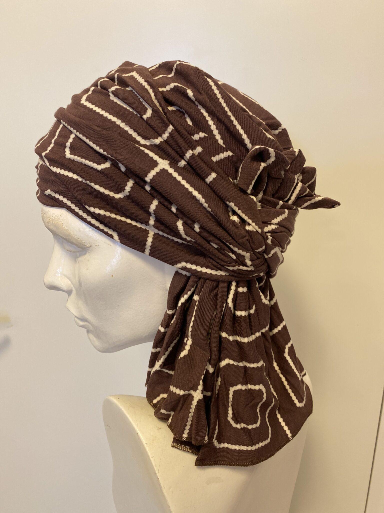Tørklæde i brune og hvide farver